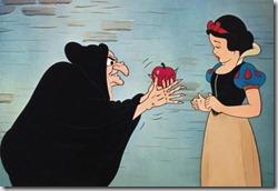 Schneewittchen und die sieben Zwerge (Snow White And The Seven Dwarfs, USA 1937, Regie: Walt Disney, David D. Hand) Szene / Zeichentrickfilm, Hexe, Apfel, vergiftet, vergiften, bˆsartig, bˆse, reinlegen, t‰uschen, 7, M‰rchen / WICHTIG: Nutzung nur bei Filmtitelnennung und in Zusammenhang mit Berichterstattung ¸ber diesen Film und/oder Disney sowie bei Nennung von --- Fotovermerk: Copyright Disney/ct-Archiv